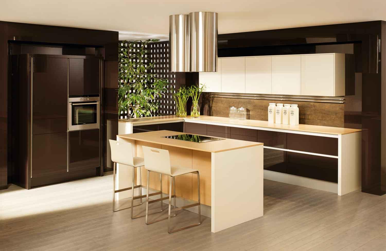 einfache kchenzeile affordable mann mit blondem schnurrbart rhrt in der kche lchelt in die. Black Bedroom Furniture Sets. Home Design Ideas